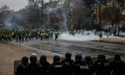 Pháp không ban bố tình trạng khẩn cấp để ngăn bạo loạn tại Paris