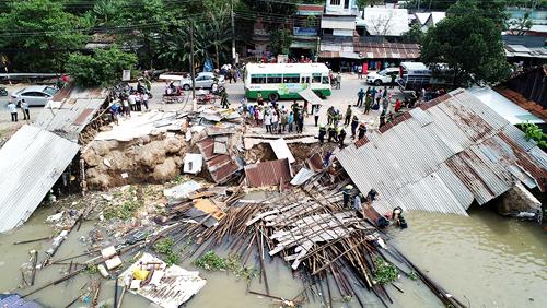 Hiện trường ba căn nhà sụp xuống sông Long Xuyên ngày 3/12. Ảnh: Báo An Giang.