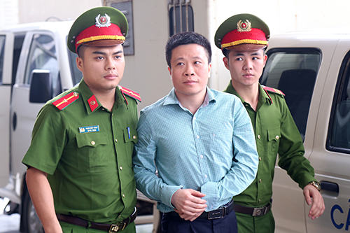 Cựu chủ tịch Hà Văn Thắm (giữa) tại phiên phúc thẩm. Ảnh: Phạm Dự.