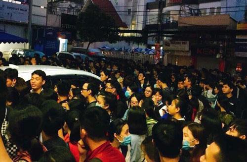 Nhiều người xếp hàng từ 4-5h ngày 30/11 để đăng ký dự thi TOEIC. Ảnh: FB Tran Duy My Linh.