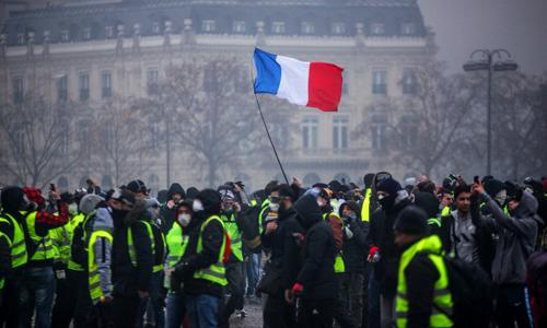 Những người biểu tình mặc áo vàng tại thủ đô Paris, Pháp hôm 1/12. Ảnh: AFP.