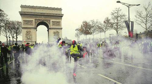 Người biểu tình tụ tập ở Khải Hoàn Môn hôm 1/12, bất chấp sự trấn áp của cảnh sát. Ảnh: Reuters.