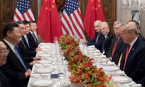 Phái đoàn Trung Quốc (trái) và Mỹ trong cuộc gặp Trump - Tập bên lề hội nghị G20. Ảnh: AFP.
