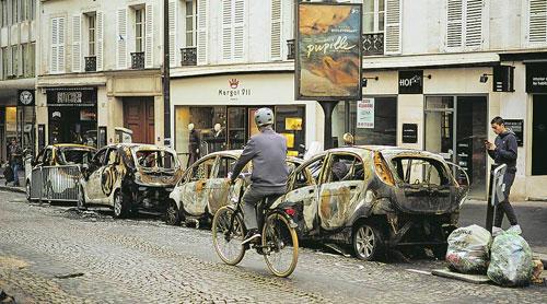 Xe hơi bị đốt cháy trên đường phố Paris sau cuộc bạo động hôm 1/12. Ảnh: Reuters.