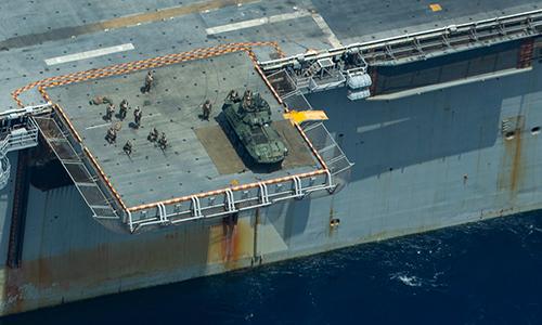 Binh sĩ Mỹ tiêu diệt mục tiêu bằng súng máy của thiết giáp LAV được đặt trên thang nâng máy bay của tàu đổ bộ tấn công USS Wasp trong cuộc tập trận tháng 9. Ảnh: US Marine.