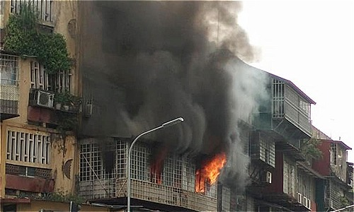 Ngọn lửa bốc cháy dữ dội từ khu chuồng cọp tầng 4 khu tập thể trên phố Tôn Thất Tùng. Ảnh: Sơn Hiệp
