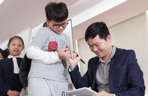 Thầy Nguyễn Chí Hiếu trong buổi giảng về sự sáng tạo cho 200 học sinh. Ảnh: Hà My