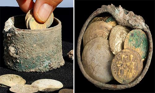 Hũ tiền vàng 900 năm tuổi ở Israel. Ảnh: AFP.
