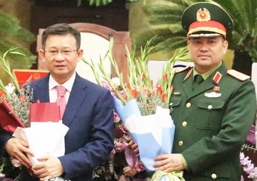 Giám đốc Sở Thông tin Truyền thông Nguyễn Ngọc Kỳ (trái) và Tư lệnh quân khu thủ đô Thiếu tướng Nguyễn Hồng Thái mới được bầu chức danh Uỷ viên UBND TP ngày 5/12. Ảnh: Võ Hải.