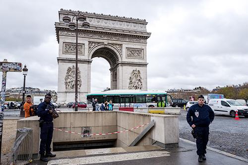 Cảnh sát Pháp đứng gác trước cổng Khải Hoàn Môn khi khu vực này được phong tỏa sau cuộc bạo loạn hôm 1/12. Ảnh: Al Jazeera