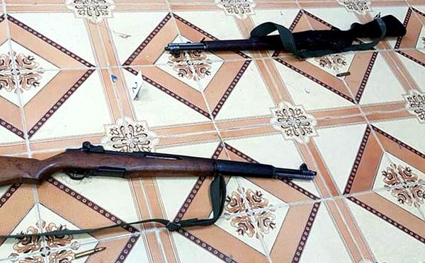 Hai khẩu súng gây án của nghi phạm. Ảnh: Hoàng Trường.