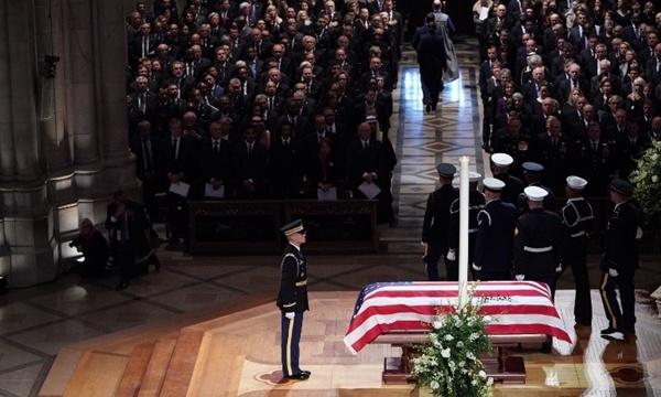 Linh cữu được đặt trên bục gỗ trong nhà thờ. Ảnh: AFP.