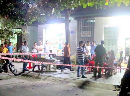 Cảnh sát phong tỏa phòng trọ để khám nghiệm hiện trường vụ án mạng. Ảnh: Nguyệt Triều.