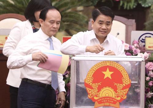 Lãnh đạoTP Hà Nội bỏ phiếu tại kỳ họp HĐND. Ảnh: Ngọc Thành.