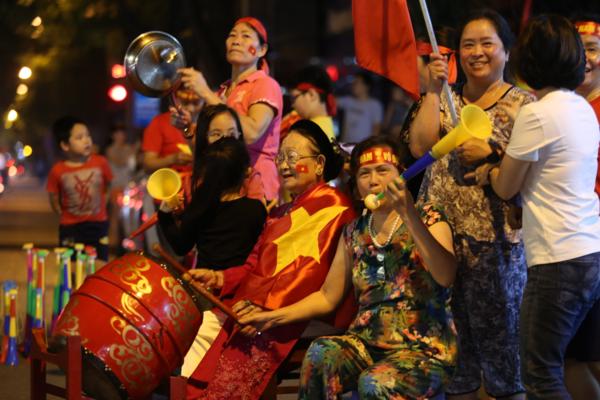 Cụ bà Nguyễn Thị Sự 96 tuổi ngồi đánh trống ở lòng đường Phan Bội Châu, Cụ bà Nguyễn Thị Sự 96 tuổi ngồi đánh trống ở lòng đường Phan Bội Châu,