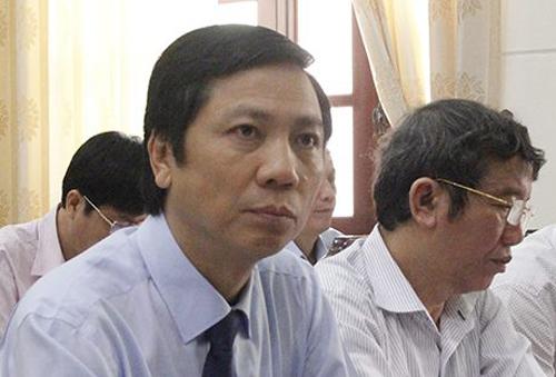 Ông Hoàng Nam (trái) được bầu giữ chức Phó chủ tịch UBND tỉnh Quảng Trị nhiệm kỳ 2016-2012. Ảnh: Hoàng Táo
