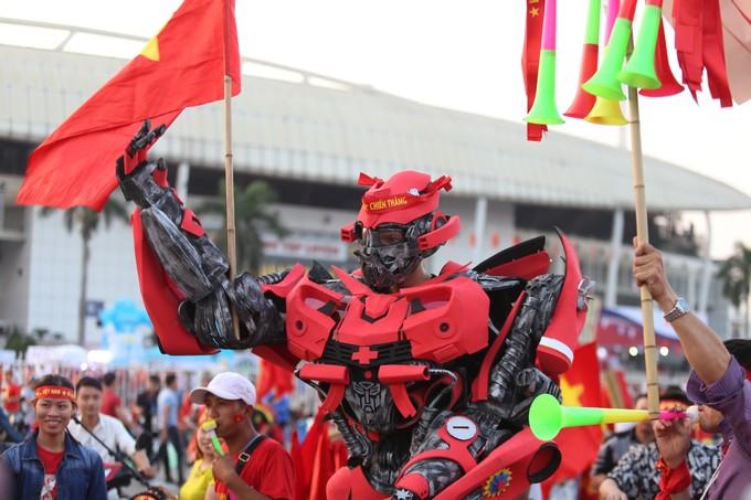 'Robot' cao 2 m đến sân vận động cổ vũ tuyển Việt Nam