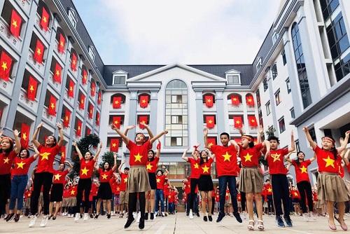 Trường treo 64 lá cờ đỏ sao vàng. Ảnh: Trường Tiểu học và THCS FPT