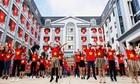 Học sinh nhảy flashmob cổ vũ bóng đá trên sân trường rợp cờ