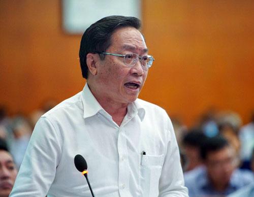 Ông Nguyễn Tấn Bỉnh trả lời chất vấn đại biểu Nguyễn Thị Tố Trâm. Ảnh: Hữu Khoa.