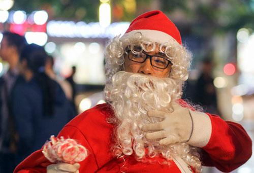 Ông già Noel do các bạn trẻ Sài Gòn đóng vai, đi tặng quà cho mọi người. Ảnh minh họa: Quỳnh Trần.