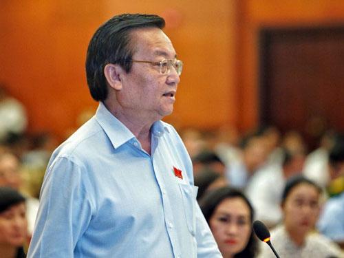 Ông Lê Hồng Sơn trả lời chất vấn tại HĐND TP HCM sáng 6/12. Ảnh: Hữu Khoa.