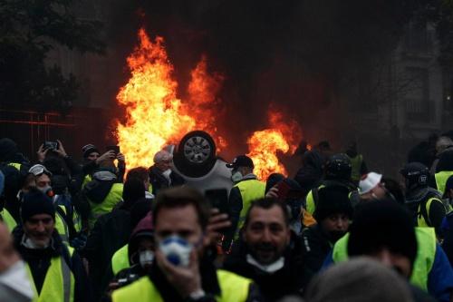 Người biểu tình ở Paris gây thiệt hại lớn. Ảnh: NYT.