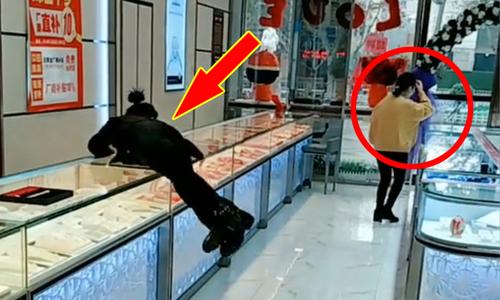 ''Nữ nhân viên tiệm vàng nhảy qua tủ kính đuổi theo khách'' hài nhất tuần qua -