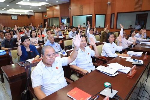 Đại biểu HĐND TP HCM biểu quyết giảm học phí THCS. Ảnh: Hữu Khoa.