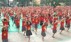 1.000 học sinh Hà Nội nhảy dân vũ ủng hộ bóng đá Việt Nam