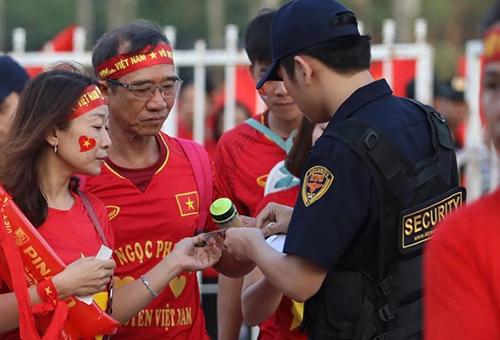 Nhóm bảo vệ đưa người trốn vé vào xem trận Việt Nam - Philippines - ảnh 1