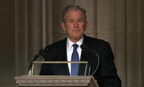 Cựu tổng thống George W. Bush đọc điếu văn trong đám tang. Ảnh: AFP.