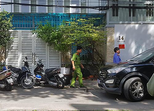 Cảnh sát thực hiện lệnh khám xét nhà ông Tài tại quận 4, TP HCM. Ảnh: Quốc Thắng.