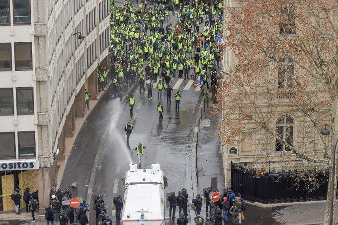 Người biểu tình đốt xe, ném hơi cay vào cảnh sát Paris