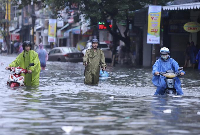 Đường phố Đà Nẵng biến thành sông sau mưa lớn