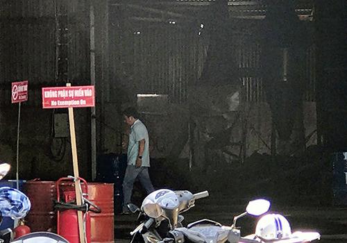 Bên trong cơ sở bị cháy khiến hai người bỏng nặng. Ảnh: Quế Biên.