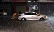 CSGT Đà Nẵng dầm mưa đẩy ôtô giúp dân