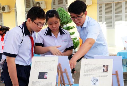 Học sinh tìm hiểu triển lãm vềmô hình Toán học tại Ngày hội Toán học mở. Ảnh: Mạnh Tùng.