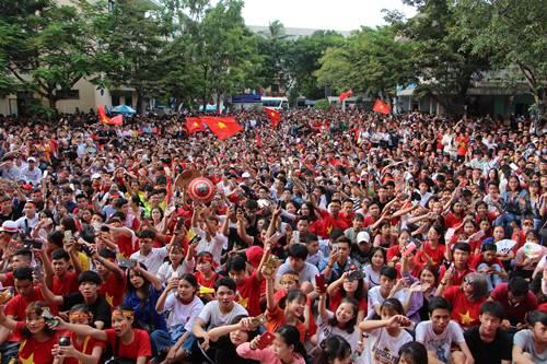 Đại học ở Huế lắp màn hình lớn để sinh viên cổ vũ bóng đá