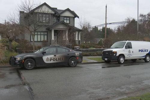Xe cảnh sát trước ngôi nhà của vợ chồng bà Mạnh tại Vancouver. Ảnh: GlobalNews.