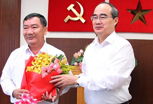 Bí thư Thành ủy Nguyễn Thiện Nhân chúc mừng ông Trần Văn Thuận được chỉ định giữ chức Bí thư quận ủy quận 2. Ảnh: Trung Sơn