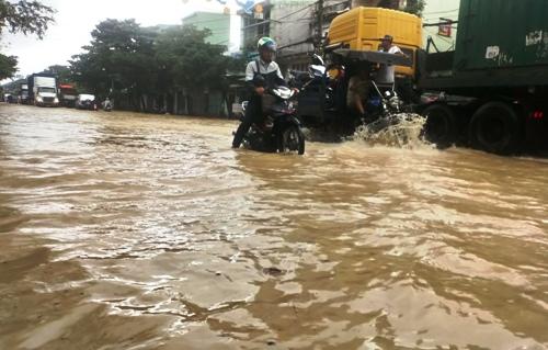 Đường Hùng Vương, TP Quy Nhơn ngập nặng ngày 10/12. Ảnh: Thạch Thảo.
