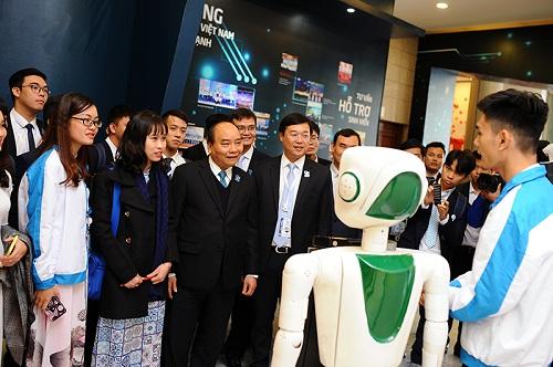 Thủ tướng Nguyễn Xuân Phúc xem triển lãm tại đại hội. Ảnh: D.T