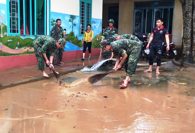Lũ rút chậm, nhiều nơi ở Quảng Ngãi vẫn mênh mông nước