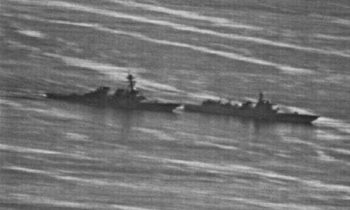 Tàu chiến Trung Quốc (phải) cắt mặt USS Decatur hôm 30/9. Ảnh: US Navy.