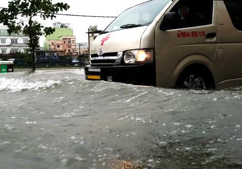 Nước đã ngập đường Hàm Nghi chiều 10/12. Ảnh:Nguyễn Đông.