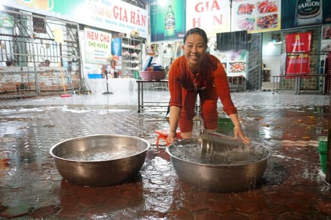Nhiều đường ở TP Quảng Ngãi ngập trong đêm do mưa lớn