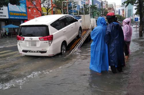 Hàng loạt xe ôtô chết máy phải cứu hộ. Ảnh: Nguyễn Đông.