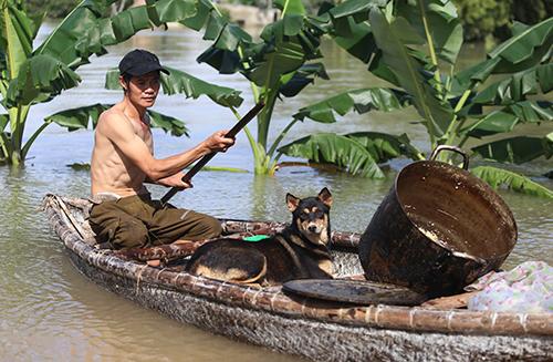 Sáng 11/12, người dân phường Tân Thạnh vẫn di chuyển bằng thuyền.Ảnh: Đắc Thành