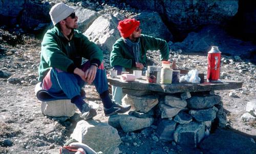Kristinn Runarsson (trái) và Thorsteinn Gudjonsson trong chuyến leo núi ở Nepal năm 1988. Ảnh: PA.
